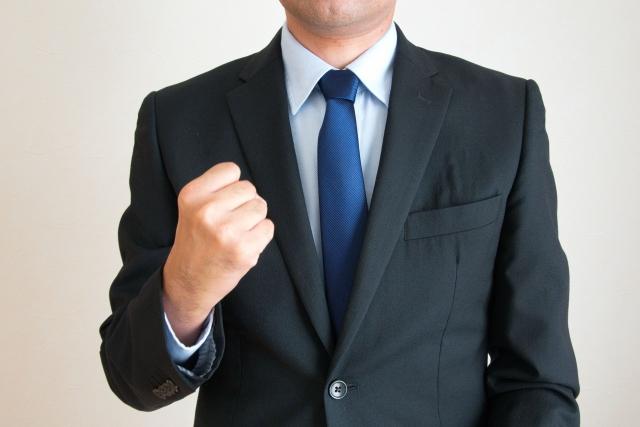 青いネクタイのビジネスマン